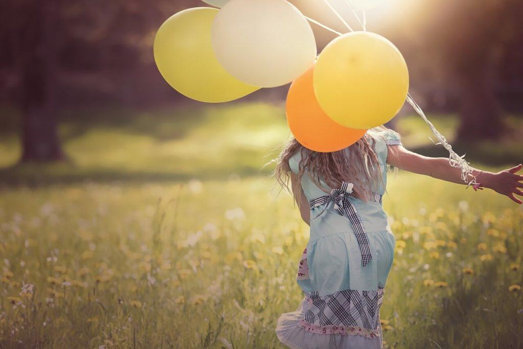 Kind, Luftballons, freies Spiel, spielen, Natur, Blog
